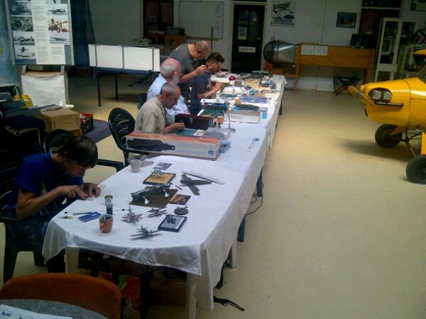 Modelbouwers in actie in het Vliegend Museum